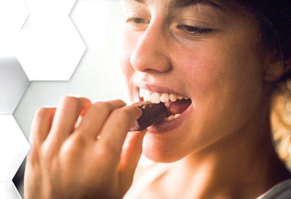 zena jede cokoladu ilustracija